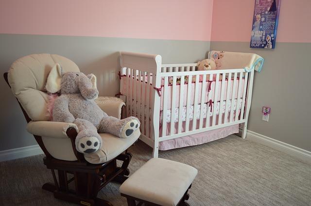 postýlka v dětském pokoji