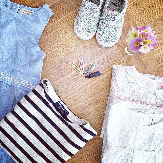 oblečení a kytička