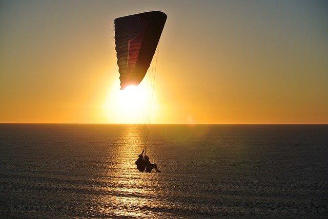 paragliding při západu slunce