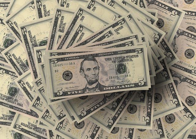 hromada bankovek, 5 dolarů